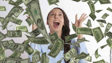 Foto de una mujer gritando a la que le llueven billetes que revela el 777 en lo espiritual