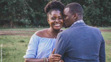 Foto de una pareja sonriente y abrazada que muestra las canciones para dedicar a mi esposo