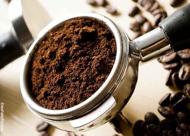 Foto de café molido en un extractor