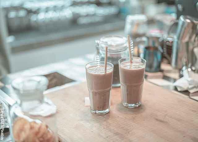 Foto de dos bebidas de café servidas en una mesa