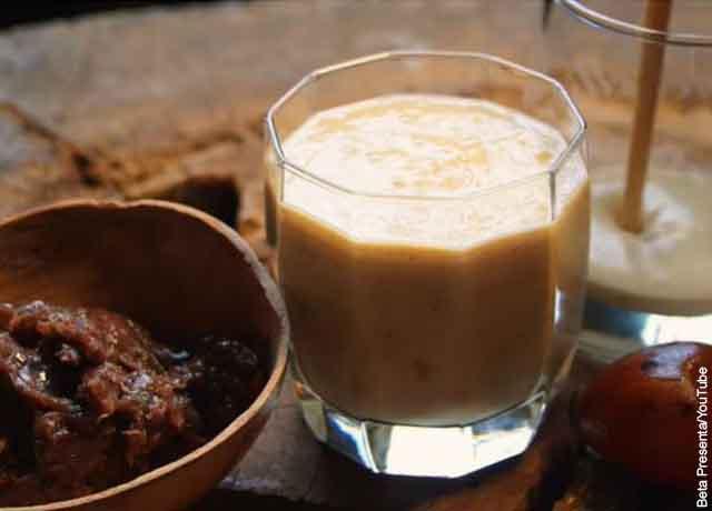 Foto de un vaso de jugo de borojó