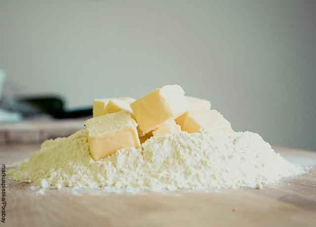 Foto de masa de harina con mantequilla sobre una mesa