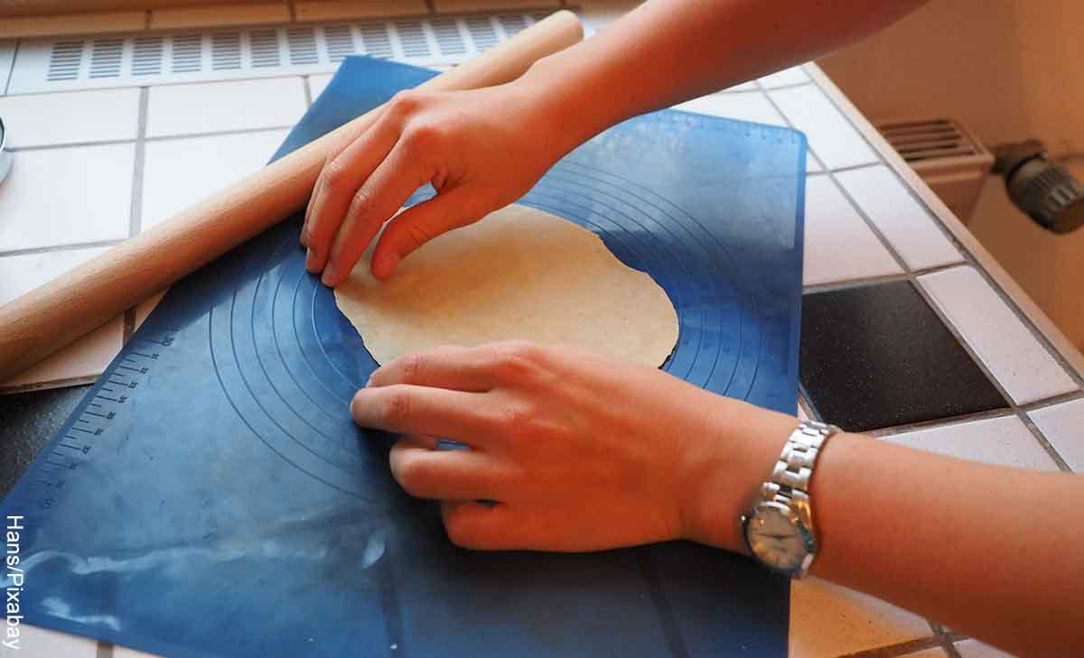 Foto de una persona amasando que muestra cómo hacer masa para empanadas