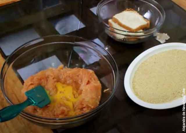 Foto de un bol con pechuga y miga de pan