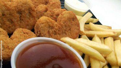 Foto de fritos con papas que muestra cómo hacer nuggets de pollo