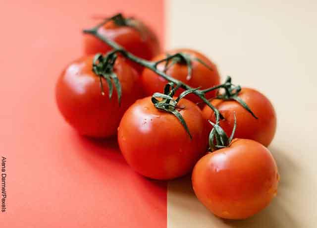 Foto de 6 tomates mojados sobre una mesa