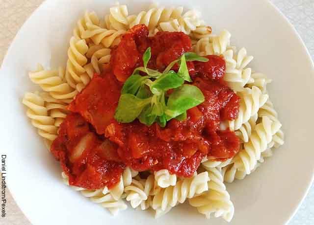 Foto de un plato de pasta tornillos con pasta de tomate