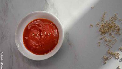 Foto de una taza de salsa roja que revela cómo hacer pasta de tomate