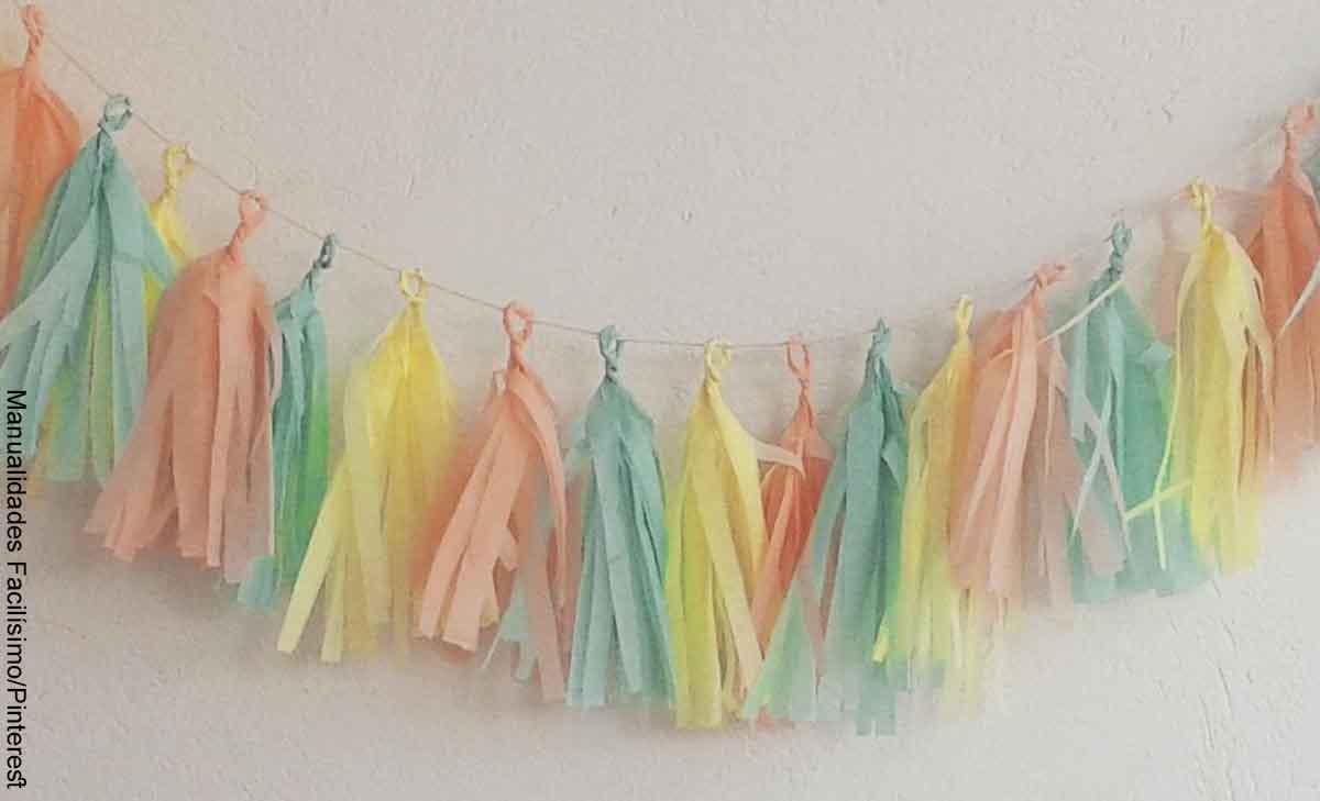 Foto de un adorno hecho de papel colgado en una pared