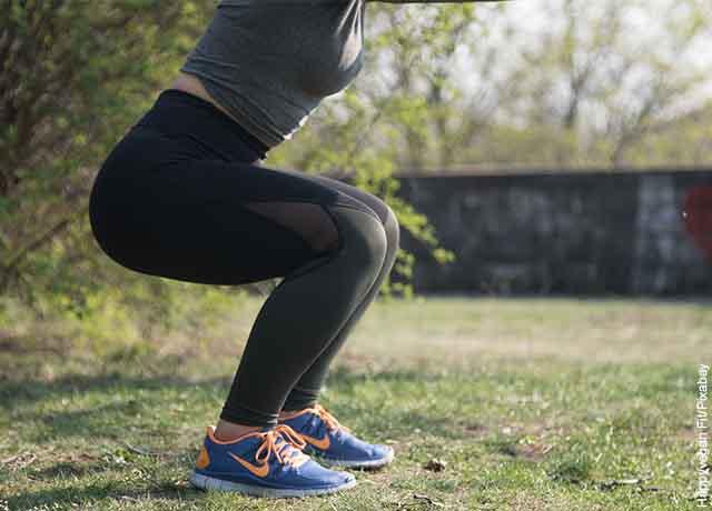 Foto de las piernas de una mujer haciendo cuclillas