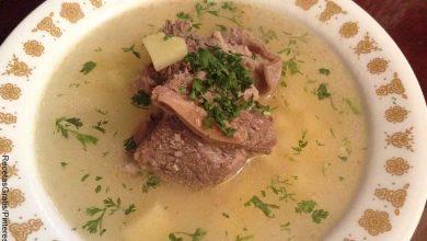 Foto de una sopa que revela cómo hacer un caldo de papa