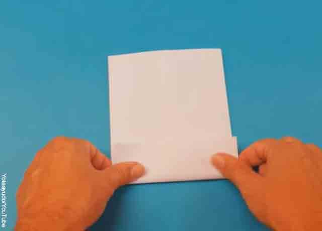 Foto de una persona doblando un papel por la mitad