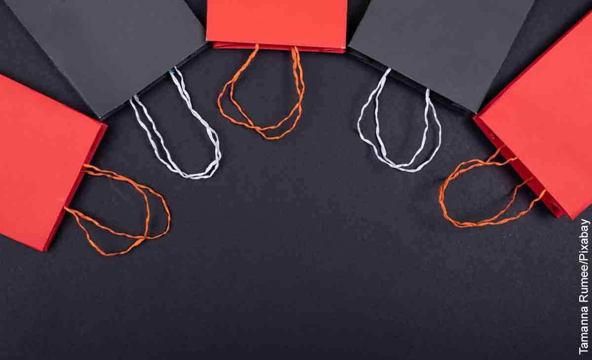 Foto de varias bolsas negras y rojas que revelan cómo hacer una bolsa de regalo con papel