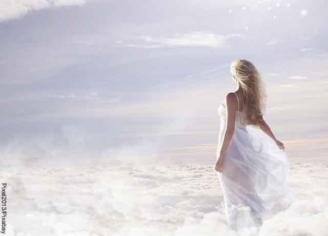 Foto de una mujer de vestido blanco en el cielo