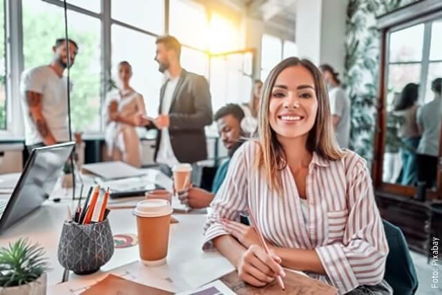 foto de mujer en oficina