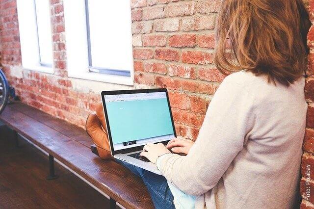 foto de mujer en el computador