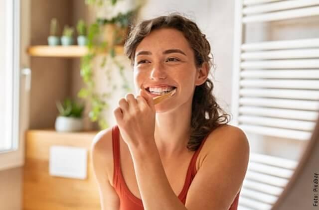 foto de mujer lavándose los dientes