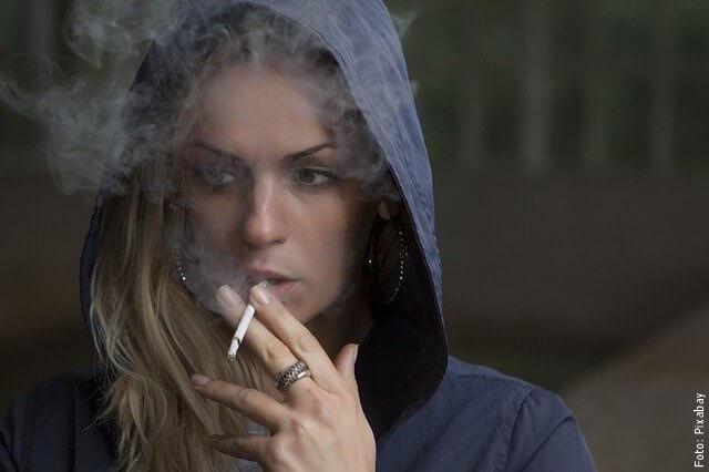 foto de mujer fumando