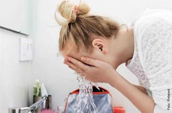 foto de mujer lavándose la cara