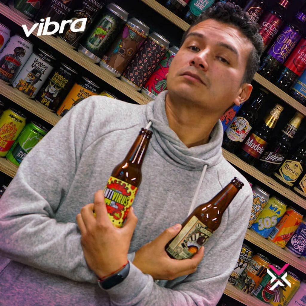 Foto de David Rodríguez, El Pollo, con cervezas en las manos