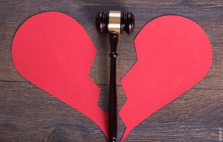 Foto de un corazón de papel roto y un martillo de juez