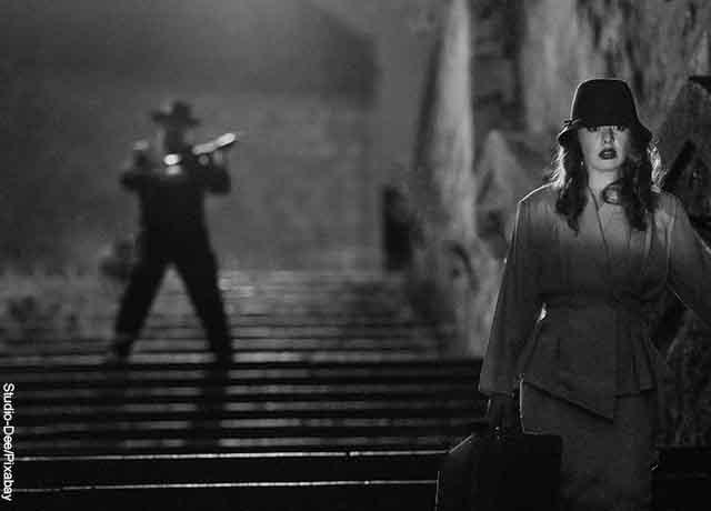 Foto de una escena de una película con un hombre persiguiendo a una mujer