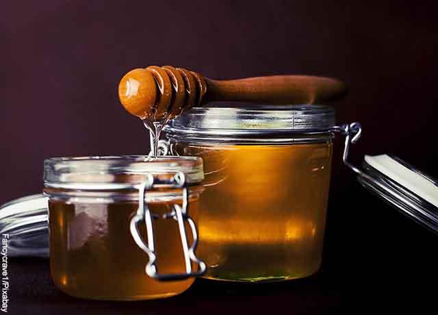 Foto de un tarro de miel abejas empacada