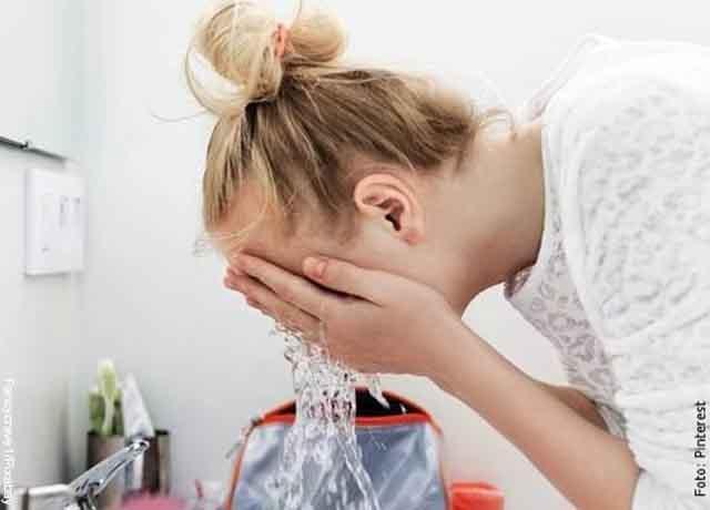 Foto de una mujer que lava su rostro con agua y que muestra las mascarillas con miel