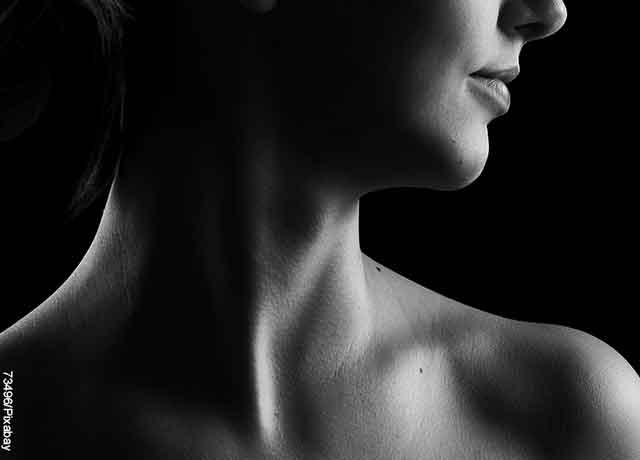 Foto de una mujer que muestra su cuello