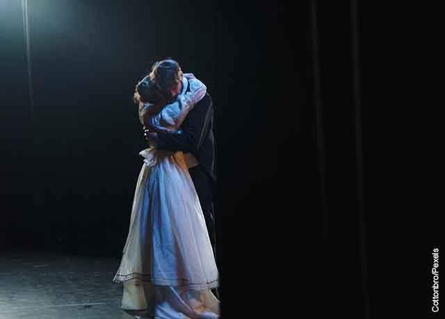 Foto de una pareja abrazada bailando en un escenario