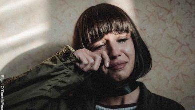 Foto de una mujer llorando contra una pared que revela las mejores películas de drama