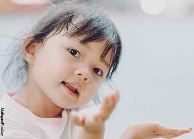 Foto de una niña sonriendo a la cámara