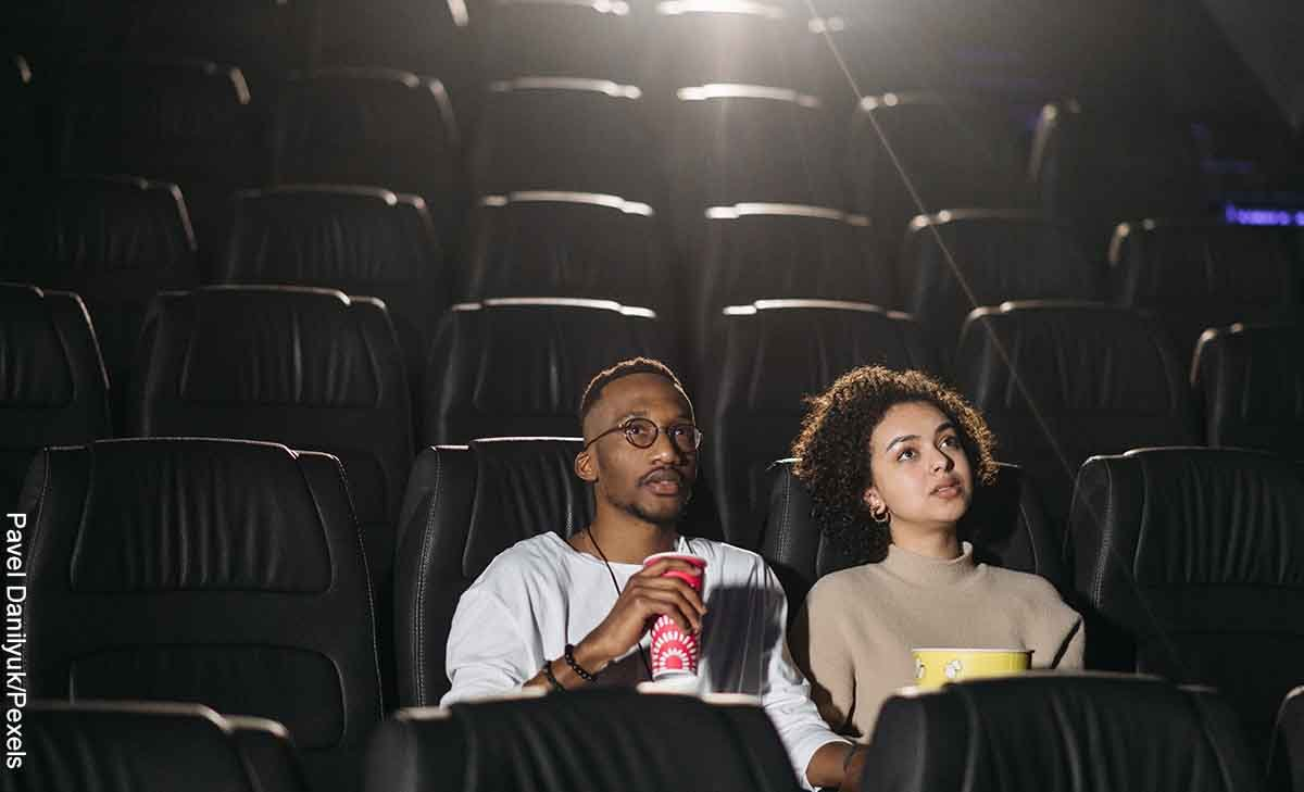 Foto de una pareja sentados en una sala de cine