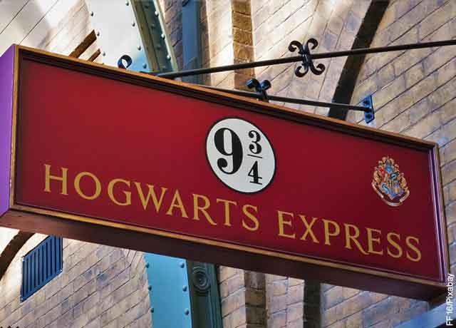 Foto de un letrero rojo que revela el orden de las películas de Harry Potter