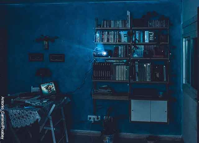 Foto de una sala con un proyector de cine