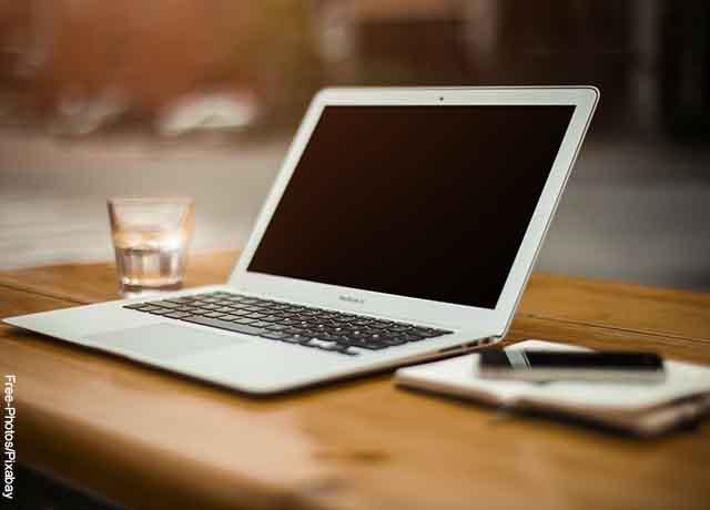 Foto de un computador sobre una mesa