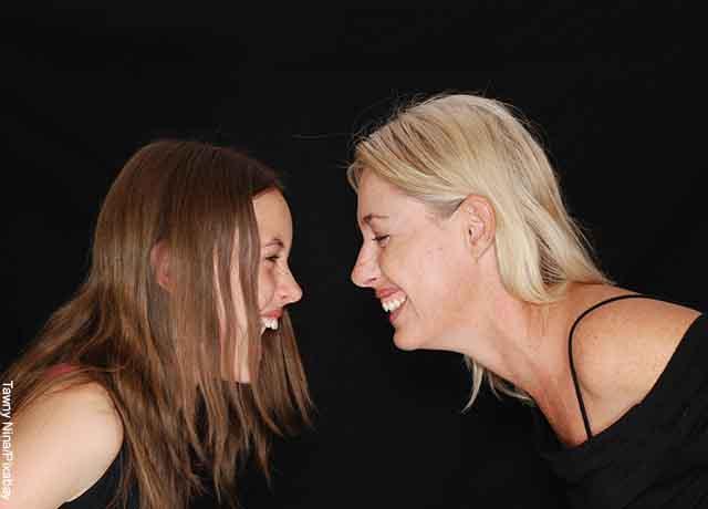 Foto de dos mujeres riendo cara a cara