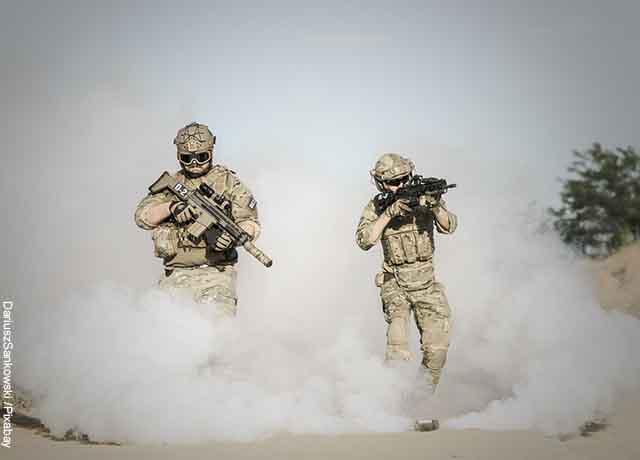 Foto de un apr de soldados disparando en el desierto