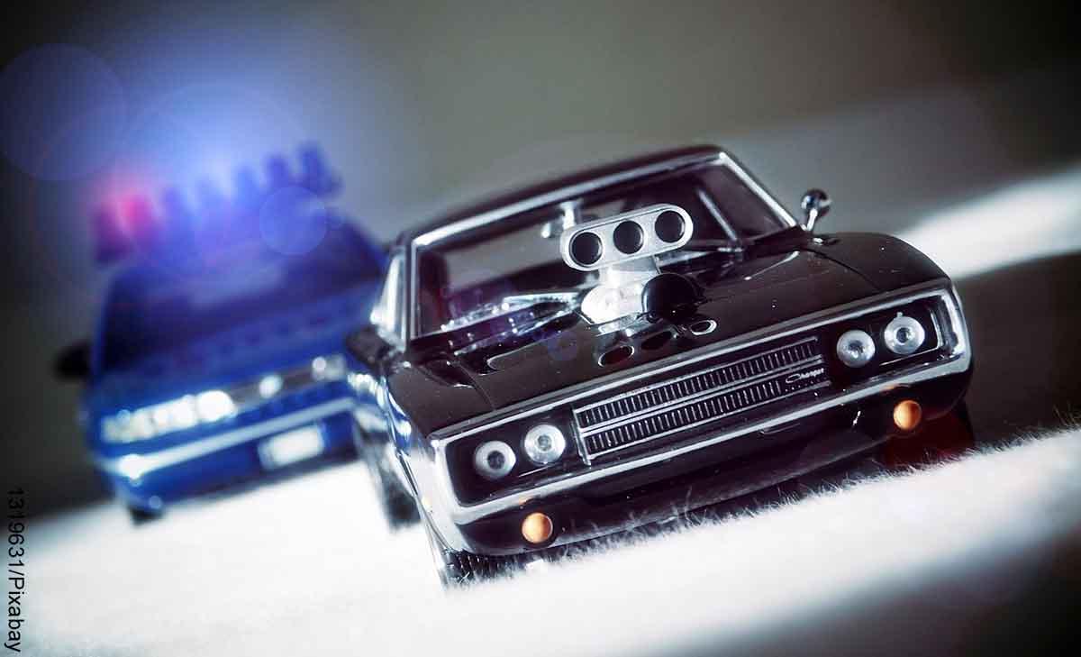 Foto de dos carros en una persecución que revela las películas de acción recomendadas