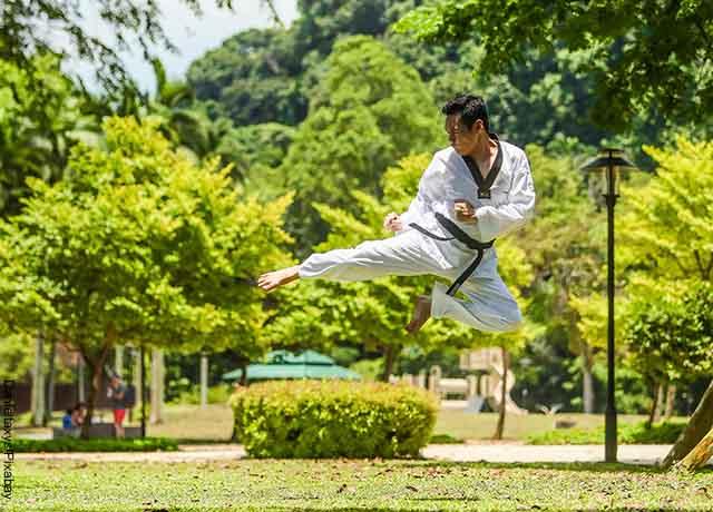 Foto de un hombre lanzando una patada de kung fu