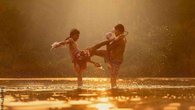 Foto de dos niños peleando en el agua que revela cuáles son las películas de artes marciales