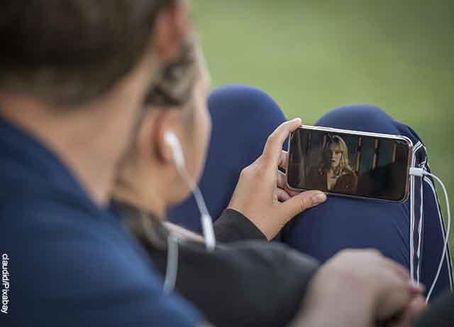 Foto de una pareja viendo un video en el celular