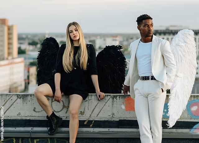 Foto de un hombre y una mujer vestidos de ángel que revela qué significa 10 10