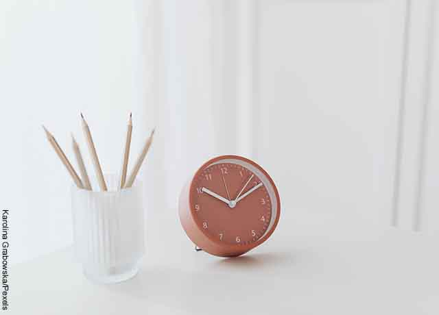 Foto de un reloj encima de una mesa