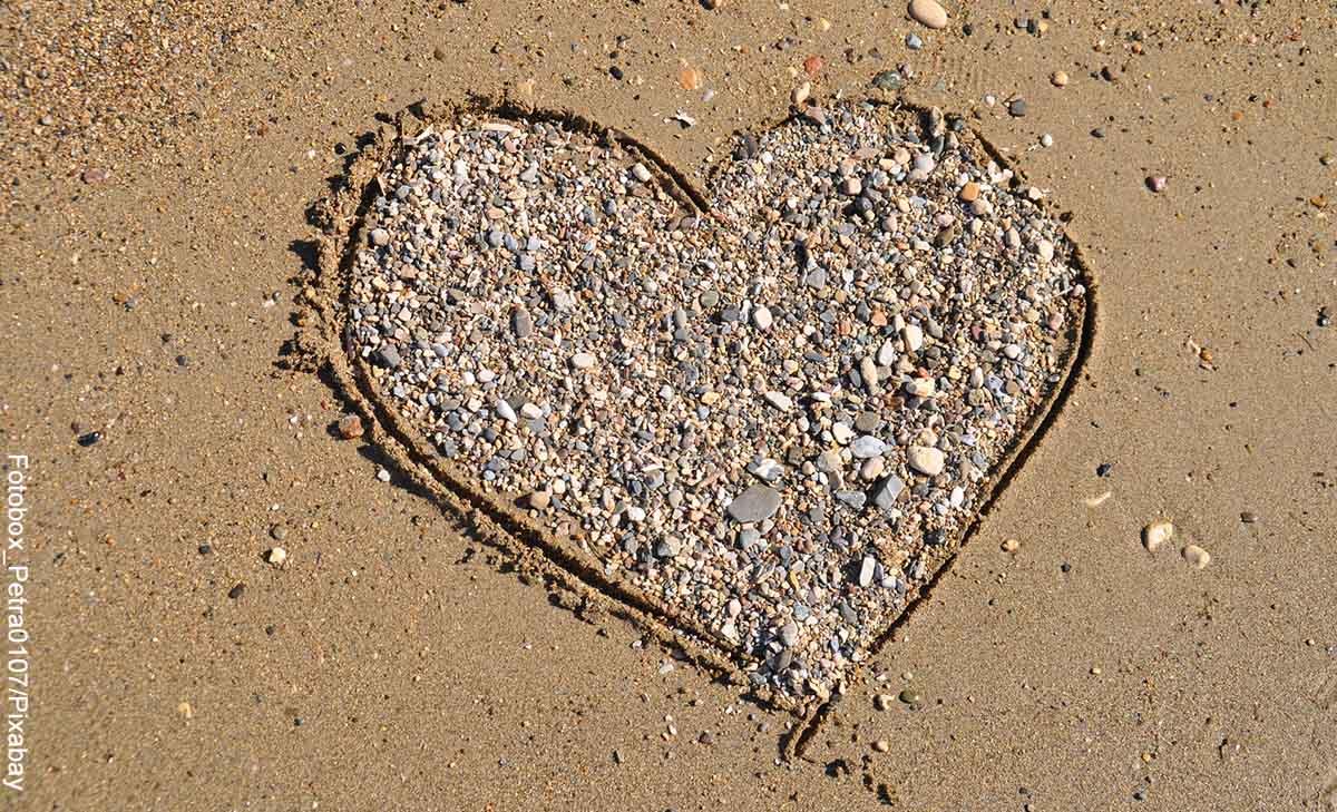 Foto de un corazón hecho con piedras en la playa que revela qué significa 11 11 en lo espiritual