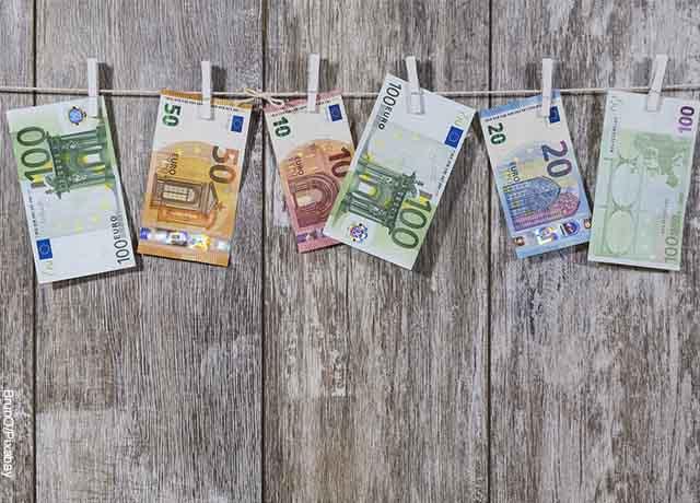 Foto de billetes colgados con ganchos de ropa