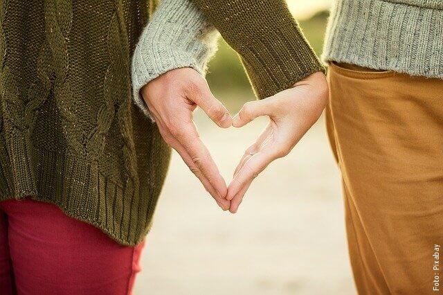 foto de manos en corazón