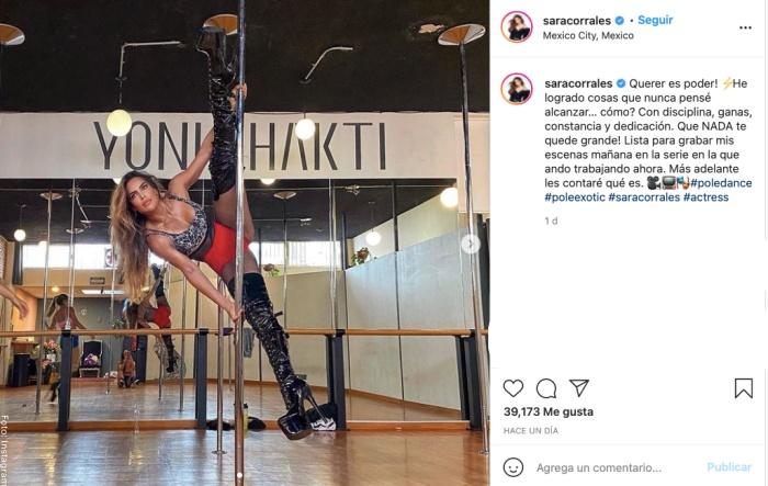 Foto de Sara Corrales haciendo pole dance