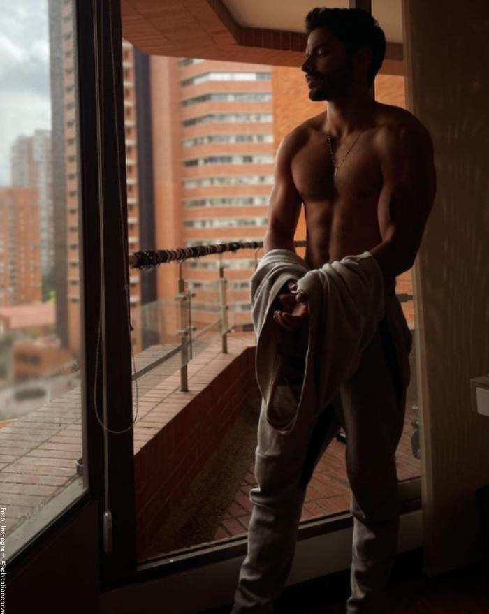 Foto de Sebastián Carvajal sin camisa