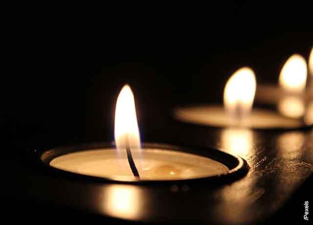 Foto del mechero de una vela encendido